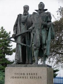 Estatua de Kepler y Brahe en: Kepler Gymnasium (high school) - Prague (Fuente)