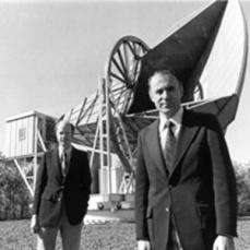 Wilson y Penzias delante de la antena de radio de los laboratorios Bell